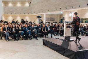 Stephanie Reuter bei der Einführung zu re:claim public discourse im gut besuchten Foyer des SPIEGEL-Hauses